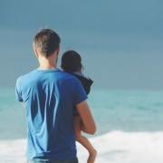 cuidando a su hija